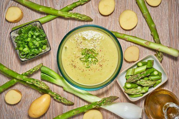 Domo Comida 1: Crema de espárragos verdes con alcachofas