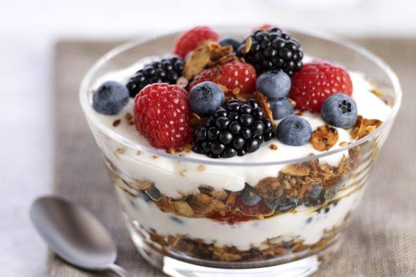 Bol de cereales y frutos rojos