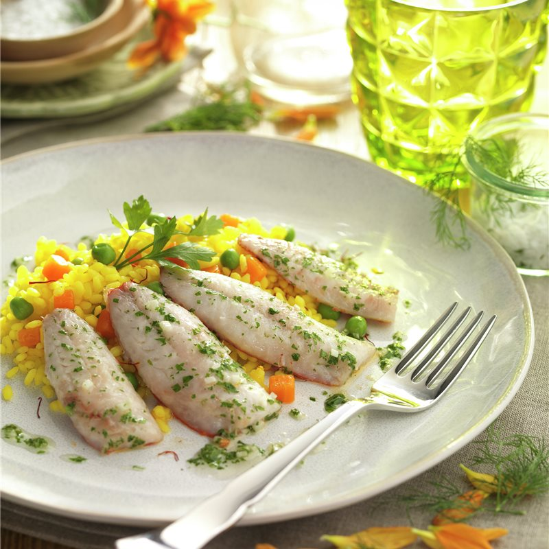 Salmonetes con arroz salvaje y verduras
